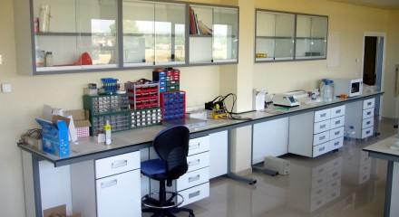 Mesa mural de laboratorio.
