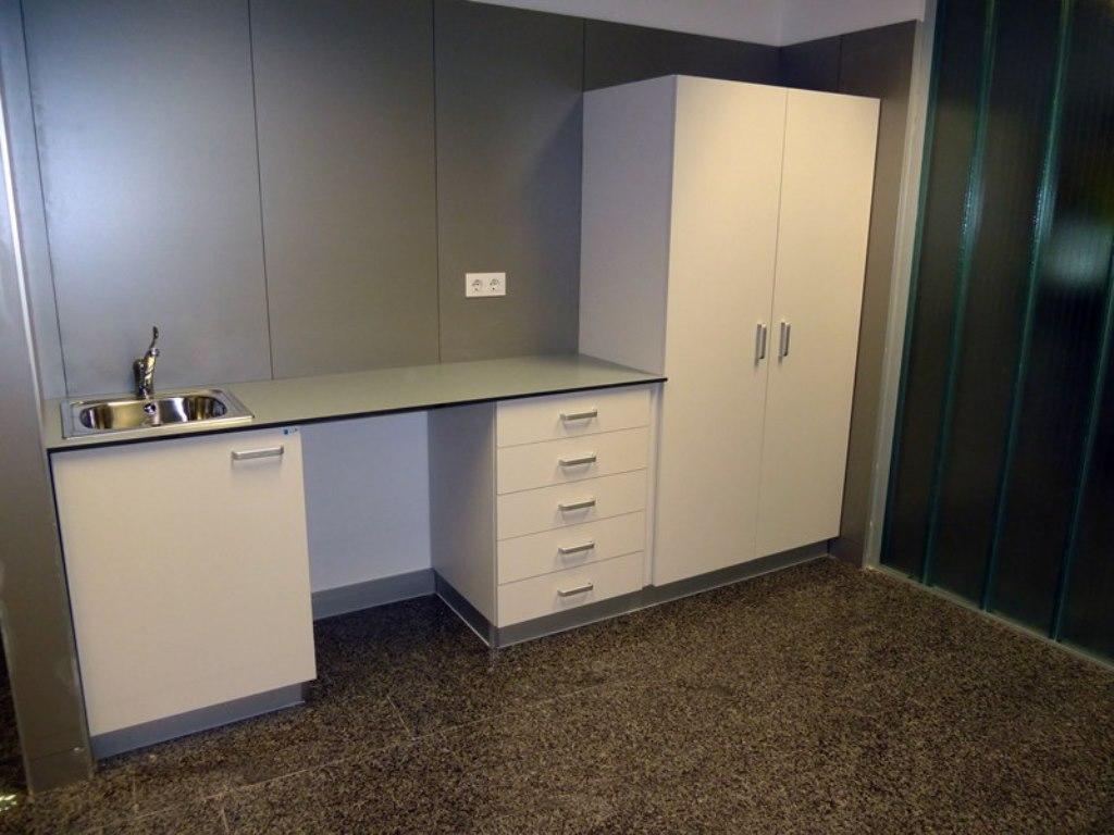 Muebles de consulta con encimera en resina fenolica for Muebles para encimeras